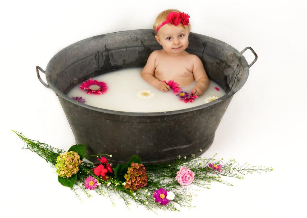 Melkbadje kind fotoshoot bloemen melk