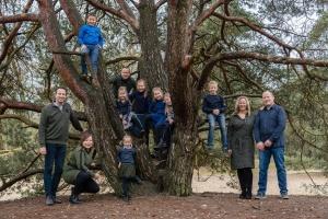 familie gezin kinderen oma kleinkinderen luttezand boom fotograaf hengelo