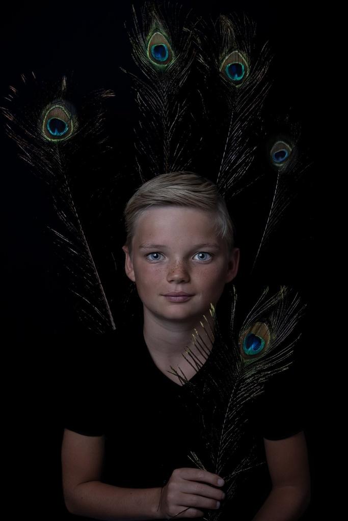 Fine Art Portret, kinderportret, Hengelo, Manon Moller Fotografie, Fotograaf, Twente, Overijssel, Studio, pauw, blauwe ogen, model. kind, portret, fotograaf hengelo.
