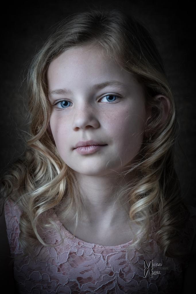 Fine Art Portret, kinderportret, Hengelo, Manon Moller Fotografie, Fotograaf, Twente, Overijssel, Studio, fotografie, fotoshoot,, blauwe ogen, model. kind, portret, fotograaf hengelo.