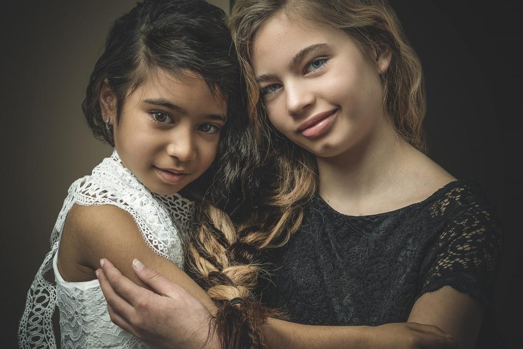 verbonden, discriminatie, samen een, meisje, fotoshoot hengelo, fotoshoot enschede, fotoshoot overijssel, fotograaf hengelo, fotograaf enschede, manon moller fotografie, kinderfotografie, kinderfotograaf, fine art portret, familieportret, groepsportret, duoportret.